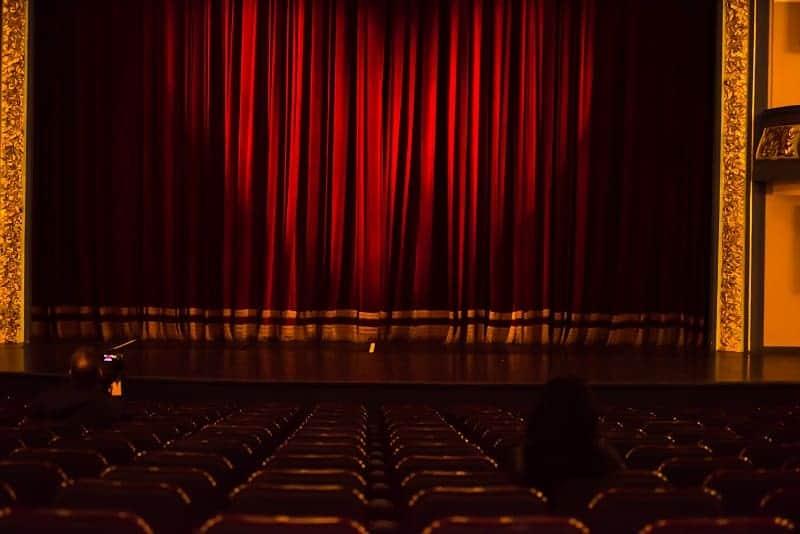 jak się ubrać do teatru